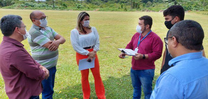 Vereador Sérgio Leal e Secretária de educação visitam terreno onde será construída a Creche do bairro Pantanal